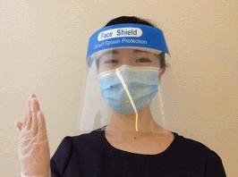 使い捨てのフェイスシールドとマスク、手袋の着用