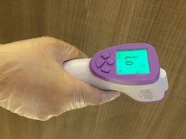 非接触型体温計による検温